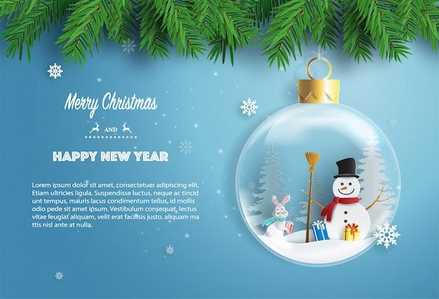 Muñeco de nieve y conejo de pie en la bola de navidad con cajas de regalo.