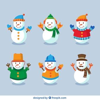 Muñecos de nieve sonrientes con ropa de invierno