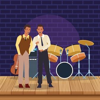 Músicos de jazz en escena con instrumentos.