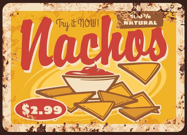 Nachos mexicanos con salsa letrero de metal oxidado. bocadillo de cocina mexicana de chips de tortilla de maíz con queso derretido, ají y salsa de tomate, antiguo cartel de chapa de restaurante de comida rápida