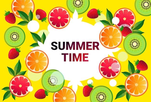 Naranja, kiwi círculo colorido copia espacio orgánico sobre fondo de patrón de frutas frescas