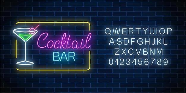 Neon cocktail bar y cafe brillante cartel con alfabeto