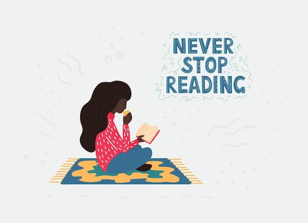 Una niña africana con un cabello oscuro y rizado con una ropa brillante sentada en la posición de loto en la alfombra y leyendo un libro y bebiendo un té. ilustración plana de dibujos animados.