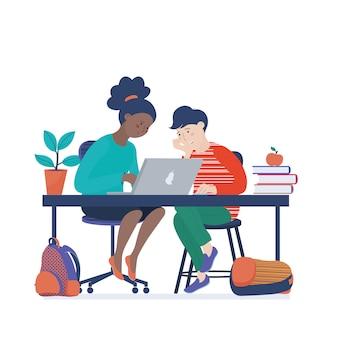 Niña afroamericana y niño de raza blanca trabajando en computadora portátil, aprendiendo informática