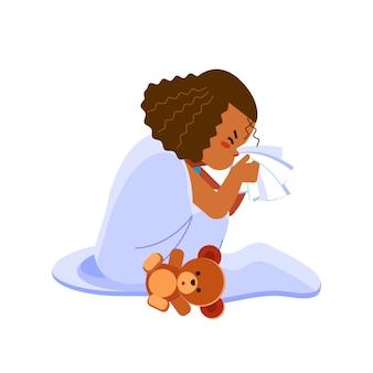 Niña afroamericana tiene gripe, niño estornuda en un pañuelo. niña enferma sentada en la cama con osito de juguete y sonándose la nariz, se siente tan mal con la fiebre. ilustración de dibujos animados