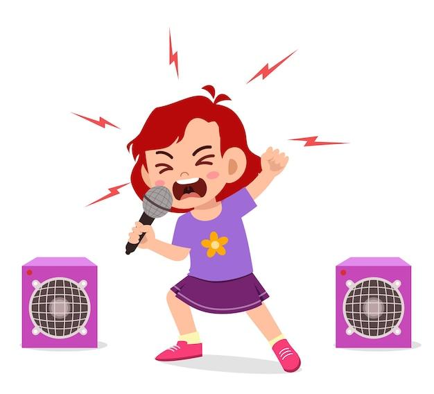 Niña canta una canción en el escenario y grita