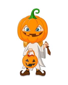 Niña de dibujos animados con disfraz de calabaza de halloween