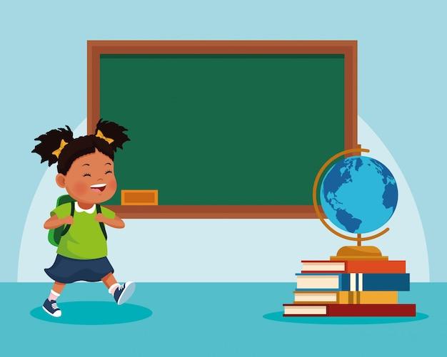 Niña de dibujos animados y pizarra de la escuela y pila de libros con globo