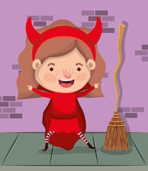 Niña con disfraz de diablo y escoba en personaje de pared