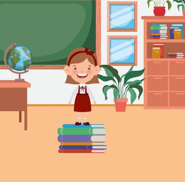 Niña estudiante con libros de pila en el aula