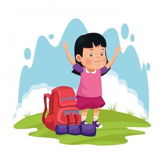 Niña feliz de dibujos animados con mochila de camping y saco de dormir