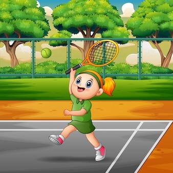 Niña feliz jugando al tenis en las canchas