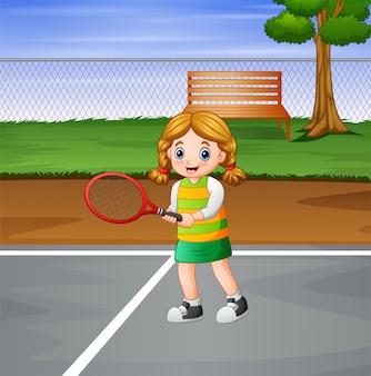 Niña feliz jugando tenis en las canchas
