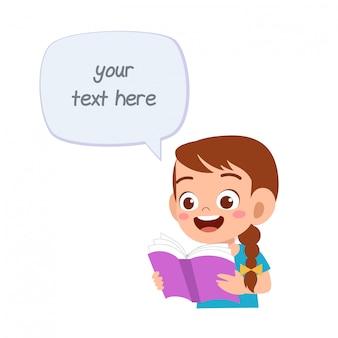 Niña feliz niño lindo con burbujas de discurso y libro