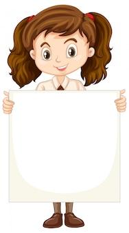 Una niña feliz con papel en blanco