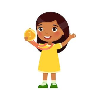 Niña india feliz con una medalla de oro en la mano concepto de victoria dibujos animados de piel oscura
