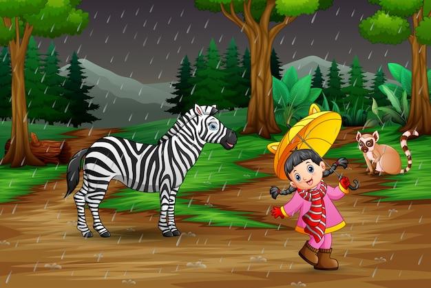 Una niña jugando con animales bajo la lluvia.