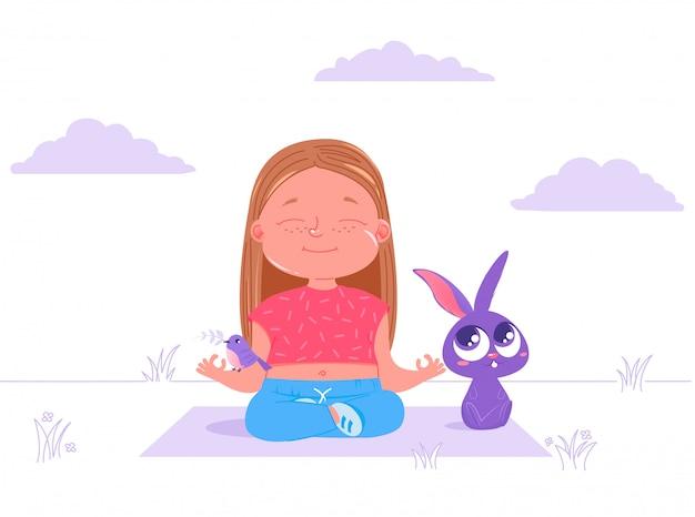 La niña linda está haciendo la yoga al aire libre en hierba con el conejo y el pájaro animales de los amigos.