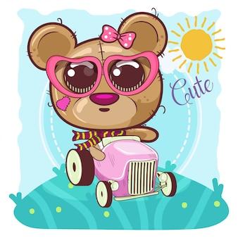 La niña linda del oso de la historieta va en un coche - vector