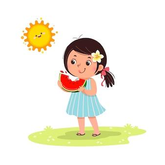 Niña linda que se siente feliz con la sandía en día soleado caliente.