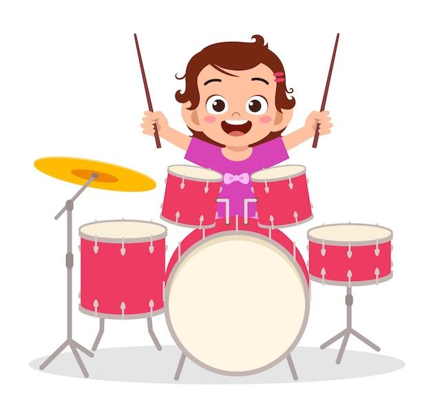 Niña linda tocar el tambor en concierto