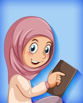 Niña musulmana leyendo el libro