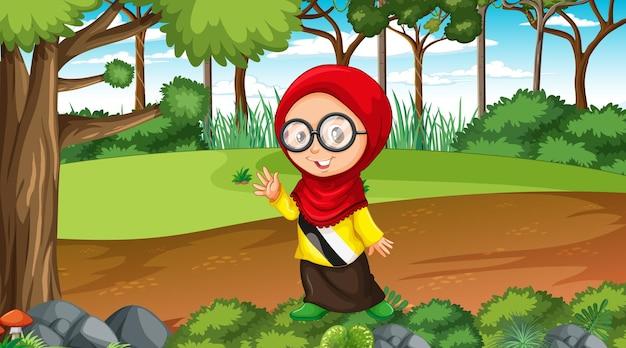 Niña musulmana viste ropas tradicionales en la escena del bosque