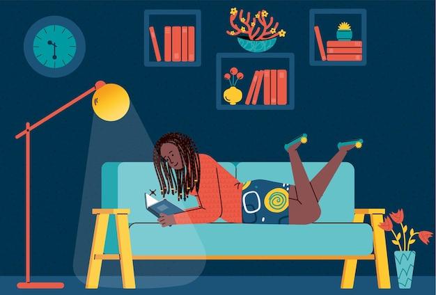 Niña o mujer joven relajándose y leyendo el libro en casa plana