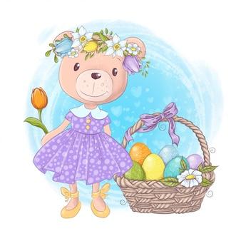Niña de oso de peluche de dibujos animados lindo en un vestido con una canasta de huevos de pascua multicolores y flores de primavera