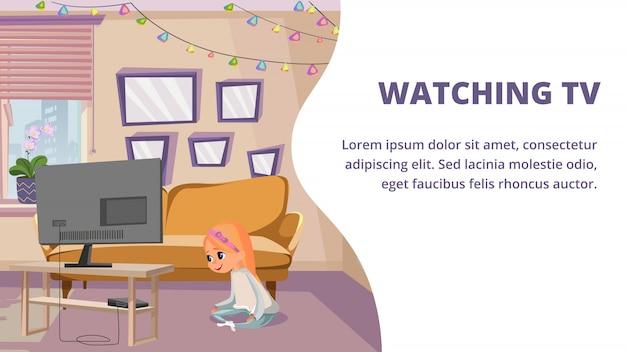 Niña sentada en la habitación del piso viendo la televisión