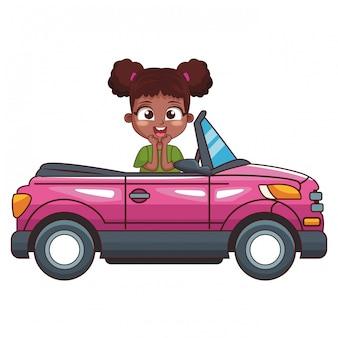 Niña sonriente conduciendo coche