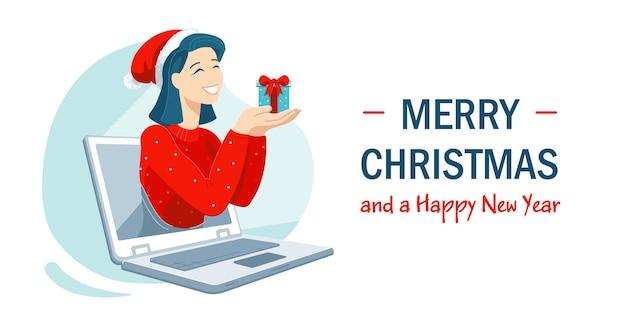 Niña sonriente con gorro de papá noel tiene un presente saludando a su familia o amigos durante la plantilla de banner horizontal de llamada en línea. celebrando las vacaciones de invierno de forma remota en medio de la pandemia de coronavirus.