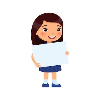 Niña sonriente sosteniendo pancarta vacía linda colegiala con hoja de papel en blanco