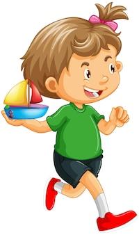 Una niña sosteniendo un personaje de dibujos animados de juguete de barco aislado en blanco