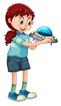 Una niña sosteniendo el personaje de dibujos animados de juguetes ovni aislado sobre fondo blanco.