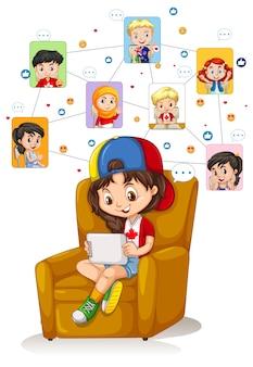 Una niña con tableta para comunicarse por videoconferencia con amigos sobre fondo blanco.