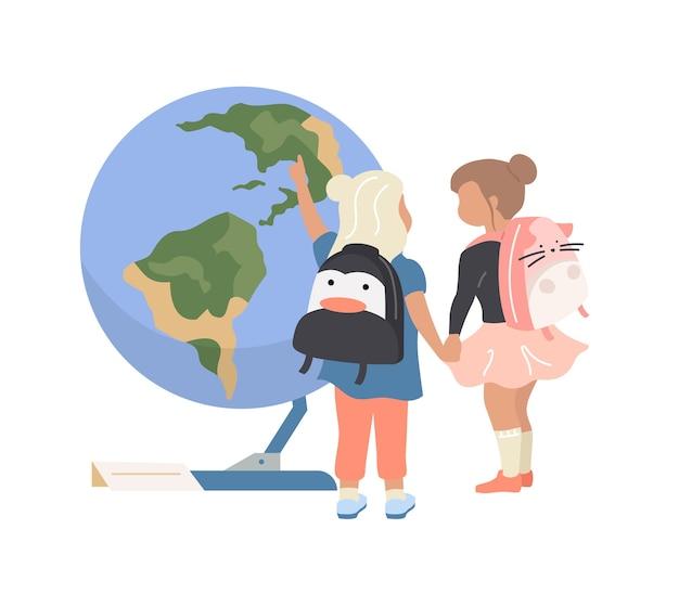 Niñas en edad preescolar en personaje sin rostro de color plano planetario. los niños miran la esfera terrestre. exposición de astronomía ilustración de dibujos animados aislados para diseño gráfico y animación web