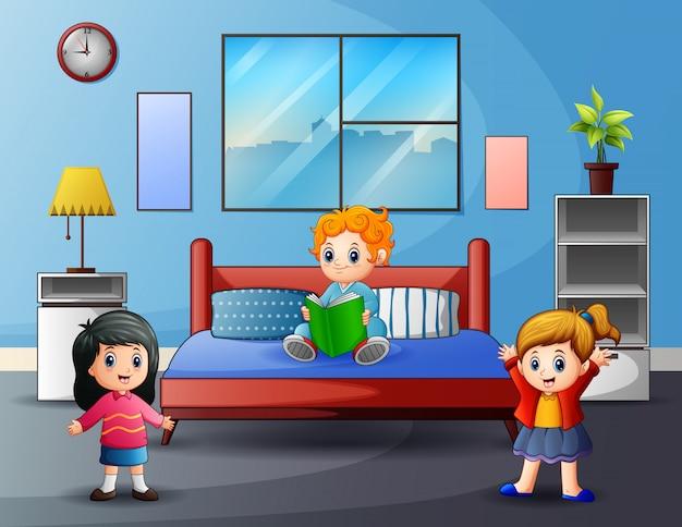 Niñas felices de dibujos animados jugando en el dormitorio