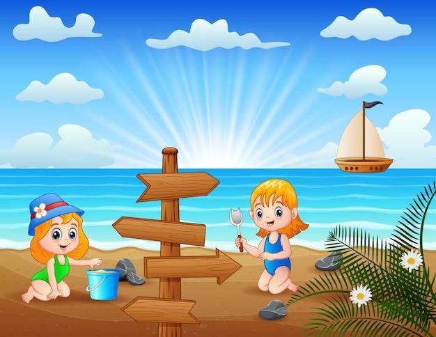 Niñas felices jugando arena de mar