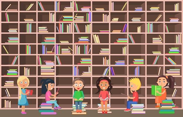 Niñas y niños se paran y se sientan al lado de un enorme librero