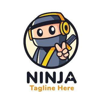 Ninja con diseño de logotipo de mascota de auriculares
