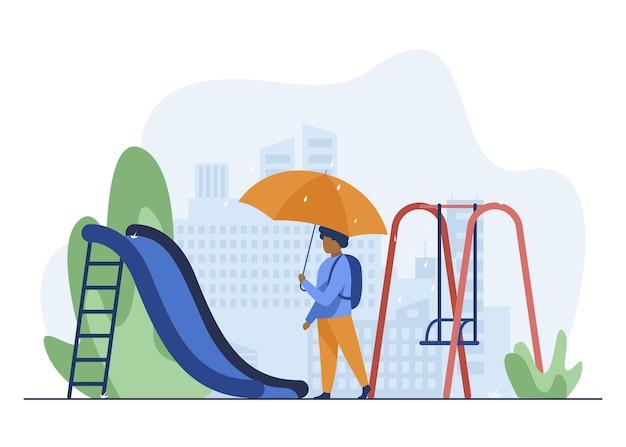 Niño afroamericano caminando con paraguas en el patio de recreo. mochila, tobogán, ilustración de vector plano de paisaje urbano. el clima y la infancia