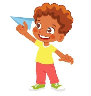 Niño afroamericano tiene avión de papel. niño feliz jugando con avión de papel