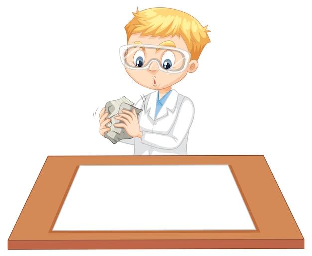 Un niño con bata de científico con papel vacío sobre la mesa.