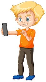 Niño en camisa naranja con personaje de dibujos animados de teléfono inteligente aislado sobre fondo blanco.