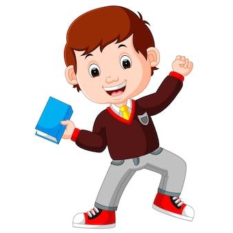 Niño chico llevando dibujos animados de libro
