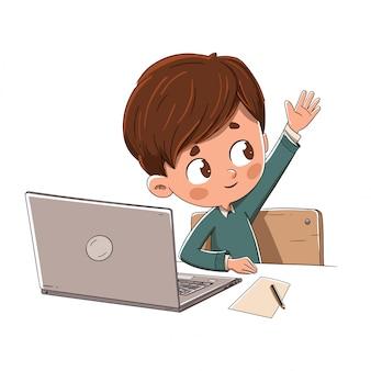 Niño con una computadora levantando su mano en clase