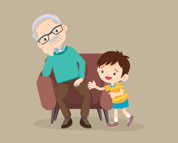 Niño consolando triste anciano sentado solo en el sofá