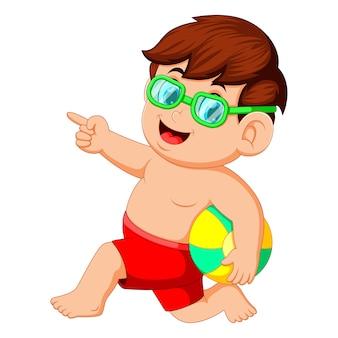 Niño corriendo con pelota de playa