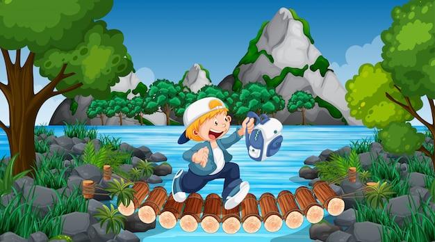 Niño corriendo sobre la escena de la jungla del puente